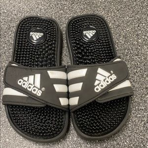 Adidas boys size 2 slipper